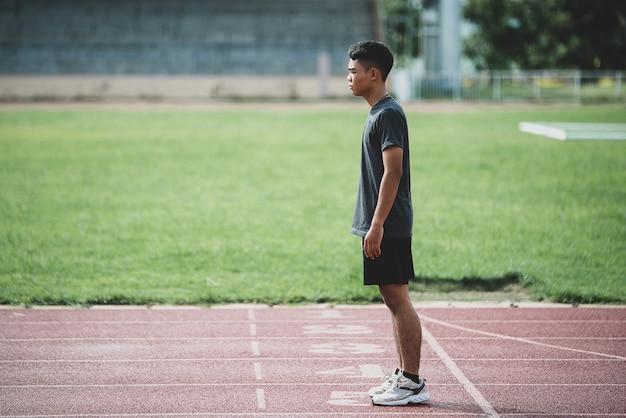 Athlète debout sur une piste de course tous temps Photo gratuit