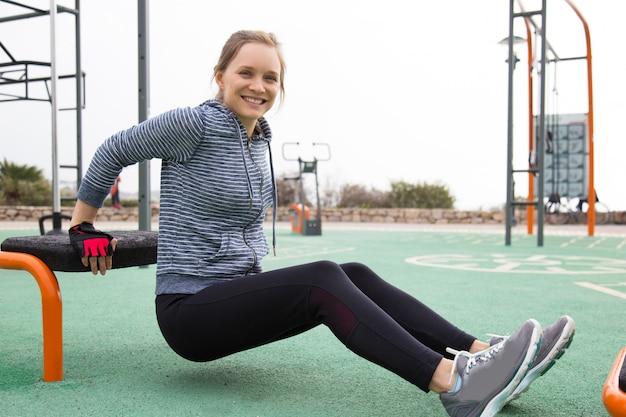 Athlète enthousiaste fille entraînant les muscles de la main et de la poitrine Photo gratuit
