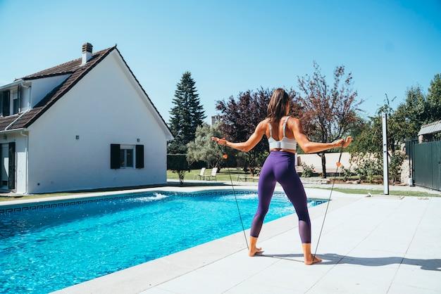 Athlète Féminine Avec Des Bandes D'étirement. Photo Premium