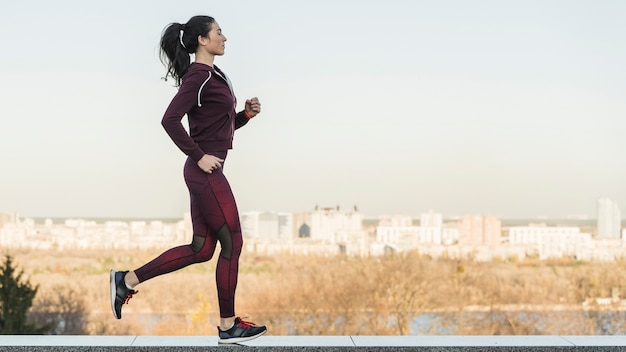 Athlète Féminine Courir En Plein Air Photo Premium