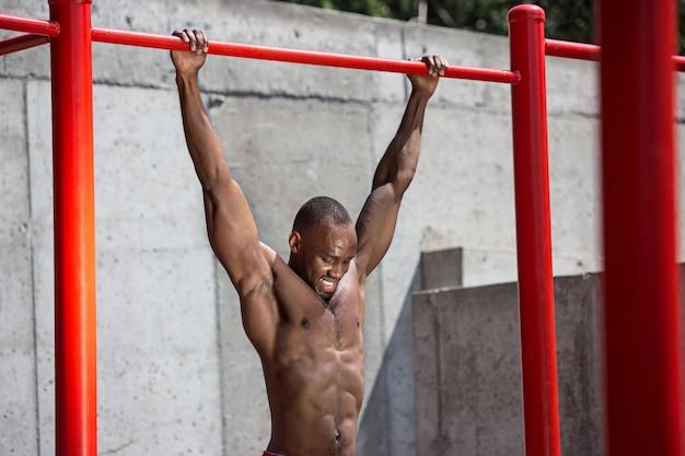 Athlète En Forme Faisant Des Exercices Au Stade. Afro Ou Afro-américain En Plein Air à La Ville Photo gratuit