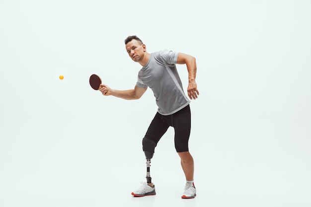 Athlète Handicapé Ou Amputé Isolé Sur Blanc. Joueur De Tennis Masculin Professionnel Avec Formation De Prothèse De Jambe Photo gratuit