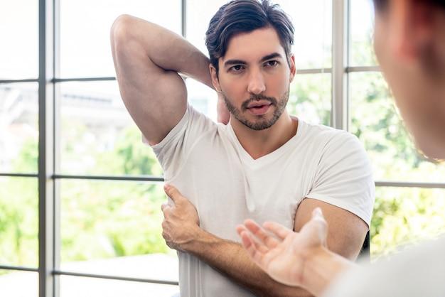 Athlète patient masculin consulter un médecin à propos de la douleur musculaire Photo Premium