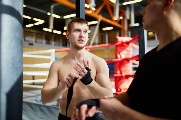 Athlètes réparant à l'entraînement au club de boxe Photo gratuit