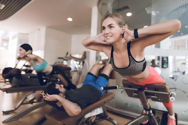Les athlètes sont engagés dans une salle de sport moderne. Photo Premium