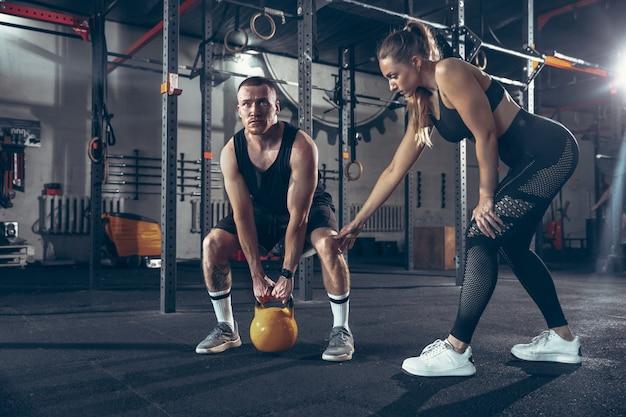 Athlétique Homme Et Femme Avec Des Haltères Photo gratuit