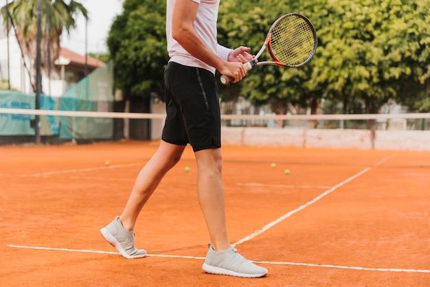 Athlétique Jeune Garçon Jouant Au Tennis Photo gratuit