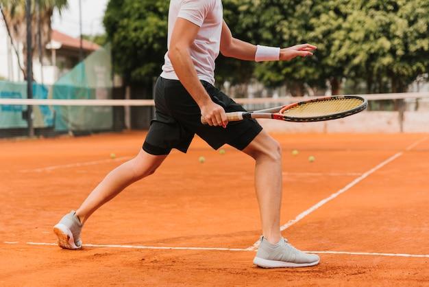 Athlétique Jeune Garçon Jouant Au Tennis Photo Premium