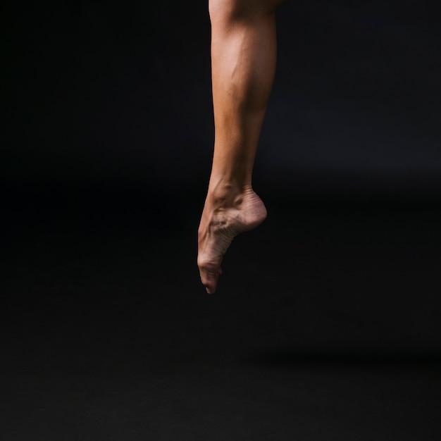 Athlétique mâle sautant sur l'orteil Photo gratuit