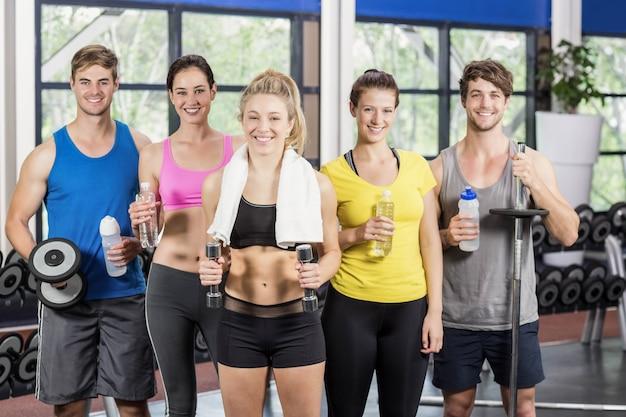 Athlétiques hommes et femmes posant au gymnase de crossfit Photo Premium