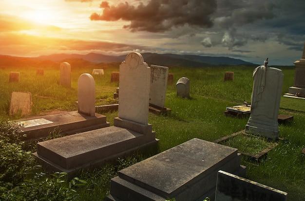 Atmosphère effrayante dans le cimetière avec pierre tombale Photo Premium