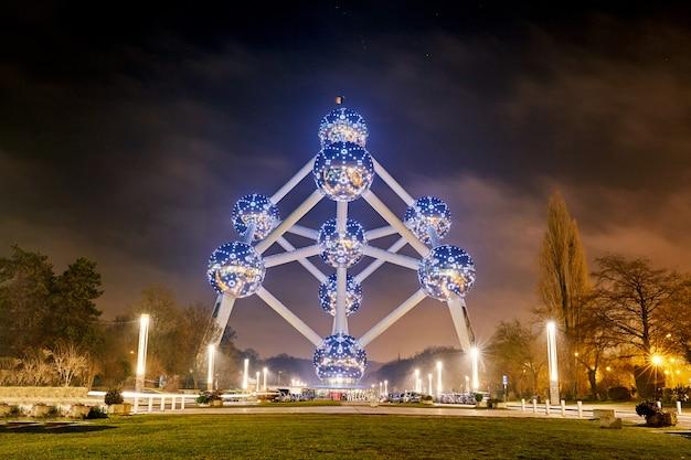 Atomium bâtiment de nuit Photo Premium