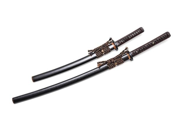 Attache en cuir marron sur l'épée japonaise et le fourreau noir avec attache en acier. Photo Premium