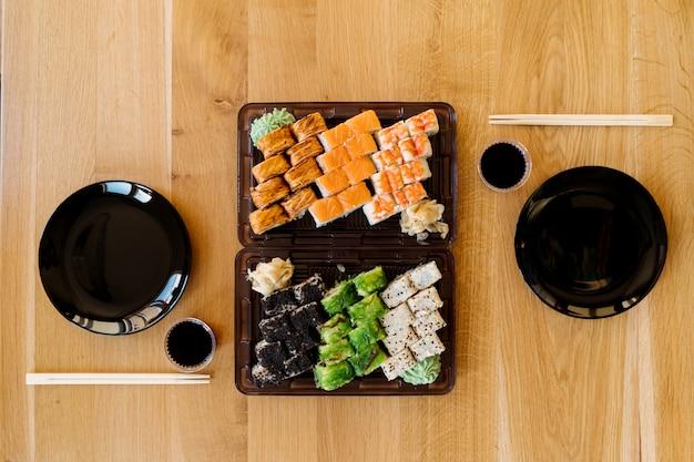 En Attendant Des Amis Avec Des Rouleaux De Sushi Photo gratuit