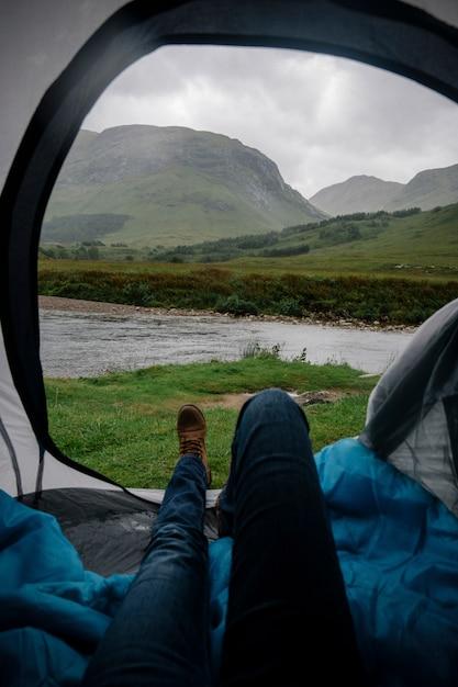 Attendre la pluie dans une tente Photo Premium