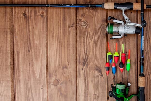 Attirail de pêche - flotteur de pêche de canne à pêche et leurres sur le beau fond en bois bleu, espace copie Photo Premium