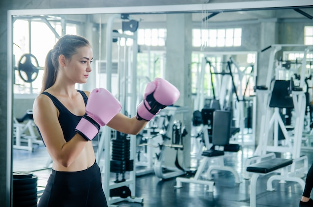 Attractive female boxer at training in gym Photo Premium