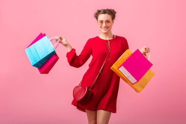 Attrayant Heureux émotion Drôle Femme élégante Accro Du Shopping En Robe Rouge à La Mode Tenant Des Sacs Colorés Sur Le Mur Rose Isolé, Vente Excité, Tendance De La Mode Printemps été Photo gratuit