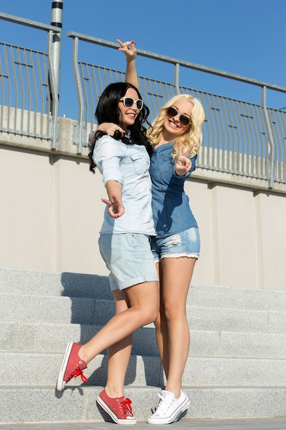 Attrayants meilleurs amis en plein air Photo gratuit
