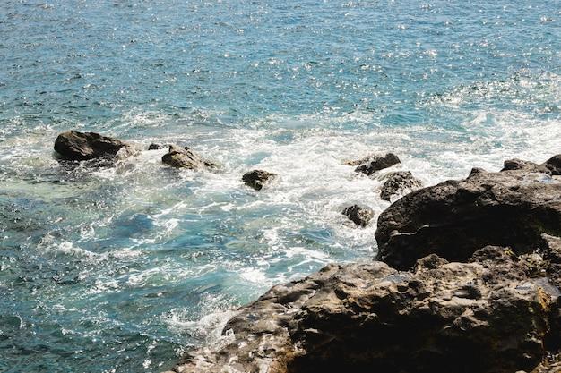 Au-dessus vue eau ondulée à la côte rocheuse Photo gratuit