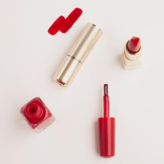 Au-dessus de vue rouge à lèvres avec fond blanc Photo gratuit