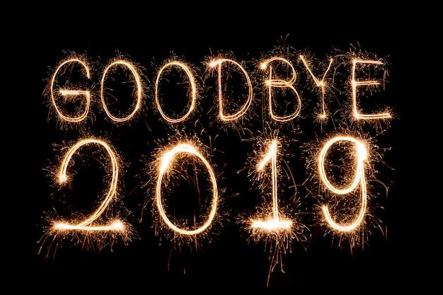 Au revoir texte 2019ïr créatif bonne année écrit sparklers sparklers isolé Photo Premium