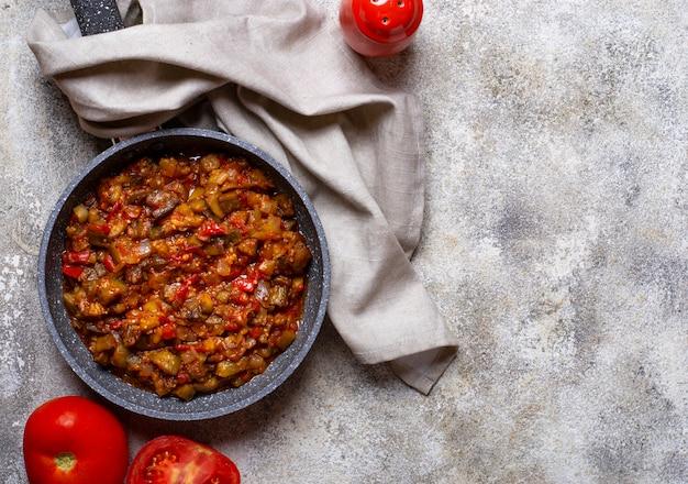 Aubergines sautées ou compotées à la tomate Photo Premium