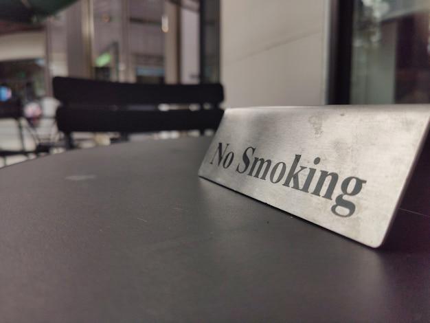 Aucun Signe De Fumer Sur Une Table En Bois Au Restaurant Photo Premium