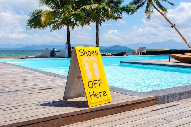 Aucune étiquette de chaussures à proximité de la piscine - un panneau emblématique interdit l'utilisation de chaussures interdites. Photo Premium