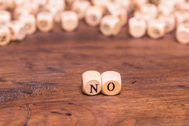 Aucune lettre disposée sur des cubes en bois au-dessus d'une table brune Photo gratuit
