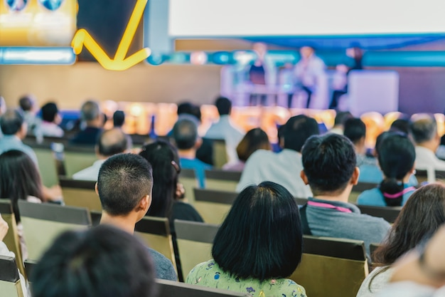 Audience à l'écoute des intervenants sur la scène de la salle de conférence ou d'un séminaire Photo Premium