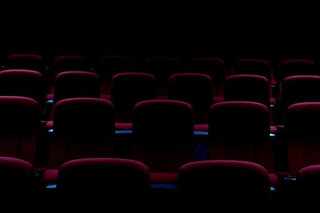 Auditorium de théâtre vide ou cinéma avec sièges rouges Photo Premium