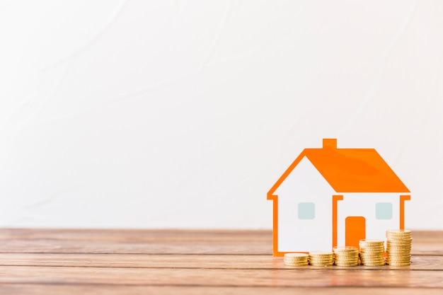 Augmenter les pièces empilées et le modèle de maison en face du mur Photo gratuit