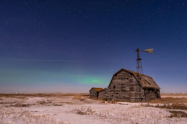 Aurores boréales, sur, grange vintage, bacs, et, éolienne, dans, saskatchewan, canada Photo Premium