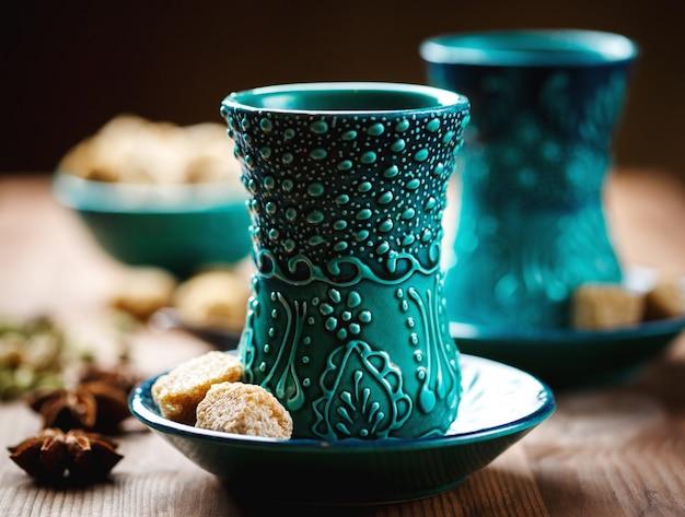 Authentique vaisselle bleue, thé masala Photo Premium