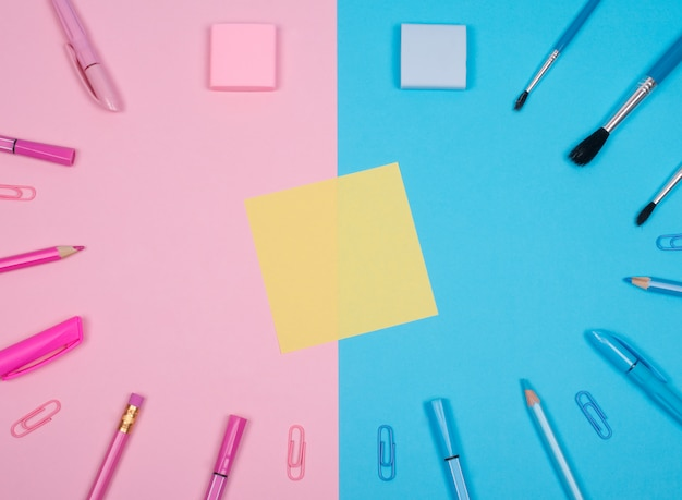 Autocollant de papier jaune et fournitures scolaires ou de bureau Photo Premium