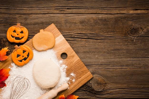 Autocollants de fête d'halloween sur une planche en bois Photo gratuit