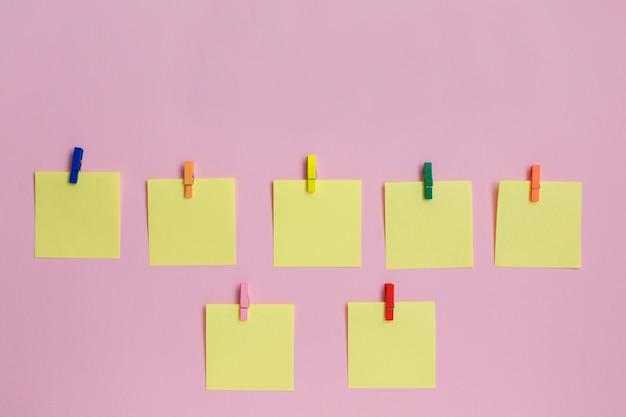 Autocollants en papier coloré sur fond rose Photo Premium