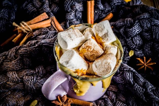 Automne, boissons d'hiver. idées pour noël, thanksgiving, halloween. chocolat blanc épicé à la citrouille, avec guimauve, cannelle, anis Photo Premium
