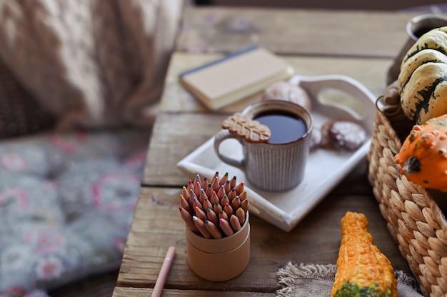 Automne, citrouilles, tasse de café sur une table en bois café de saison, café du matin, dimanche de détente et nature morte. plans pour la journée Photo Premium