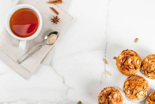Automne Et Hiver Pâtisseries Cuites Au Four Muffins Citrouille Sains Avec Des épices D'automne Traditionnelles Graines De Citrouille Avec Tasse De Thé Photo Premium