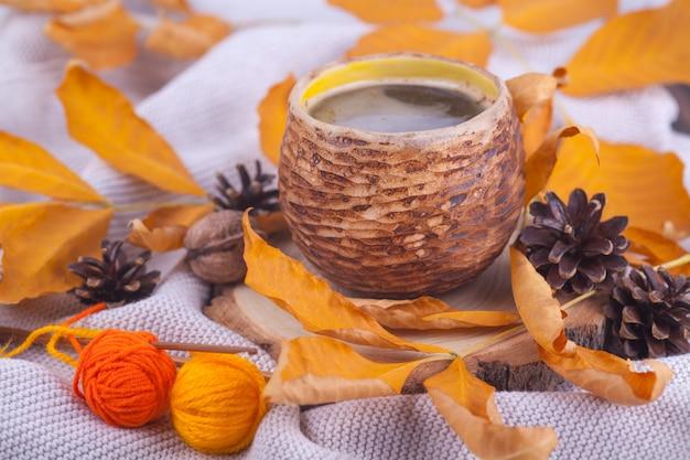 L'automne Laisse Une Bonne Tasse De Café Photo Premium