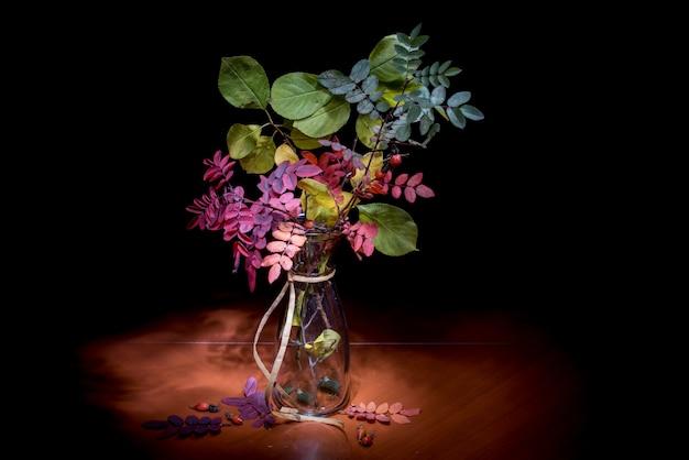 Automne Nature Morte. Bouquet Dans Un Vase Isolé Sur Fond Noir Photo Premium