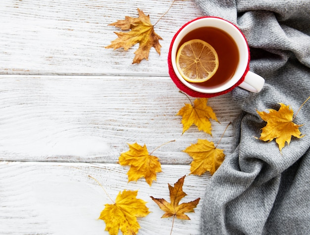 Automne plat poser avec tasse de thé et feuilles Photo Premium