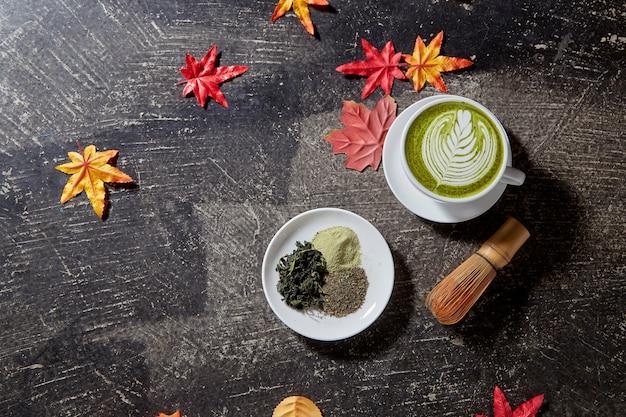 Automne, tasse de thé vert matcha en bois Photo Premium