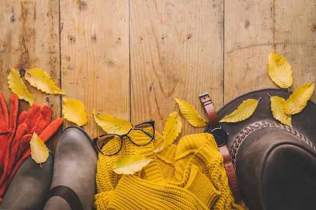 Automne des vêtements chauds sur la table en bois Photo Premium