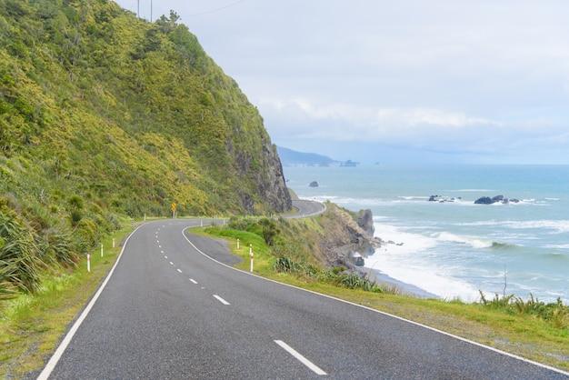 Autoroute côtière de nouvelle-zélande: une route panoramique serpente le long de la rive ouest de l'île du sud de la nouvelle-zélande. Photo gratuit