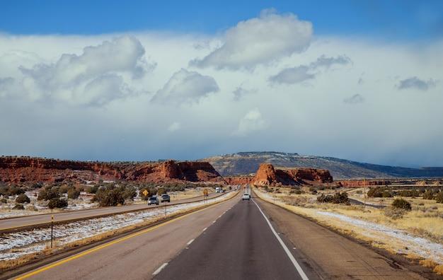 Autoroute sur la montagne du nouveau-mexique Photo Premium