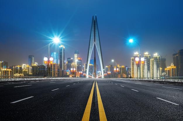 Autoroute sur le pont sur le fleuve yangtsé et le paysage de la ville moderne à chongqing, chine Photo Premium