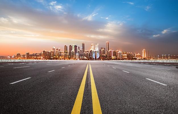 L'autoroute et les toits de la ville moderne Photo Premium
